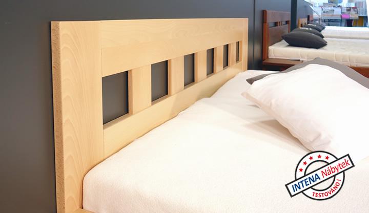 Čelo u hlavy u dřevěné postele Rocco